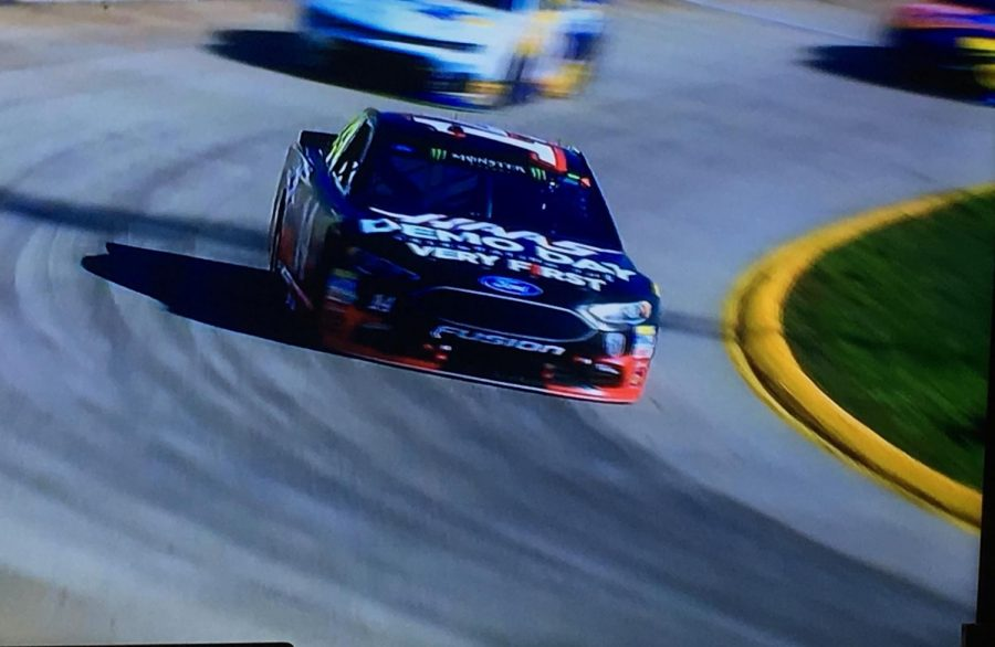 Bowyer+racing+through+turns+3+and+4+at+Martinsville%0A