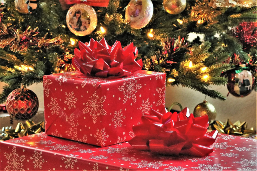 https://www.publicdomainpictures.net/en/view-image.php?image=279087&picture=christmas-presents-under-tree
