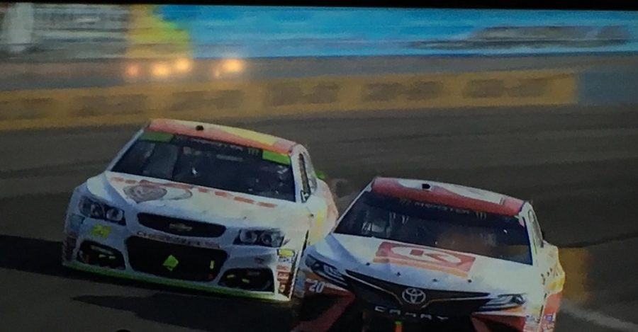 Kenseth and Elliott battling for the lead late at Phoenix.