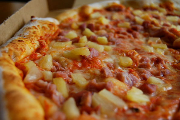 PINEAPPLES ON PIZZA
